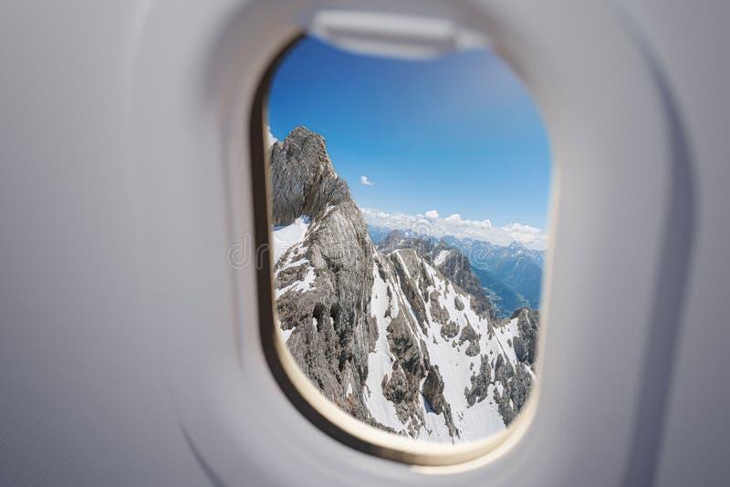 Vue depuis la fenêtre de l'avion sur les montagnes des Alpes photo libre de droits