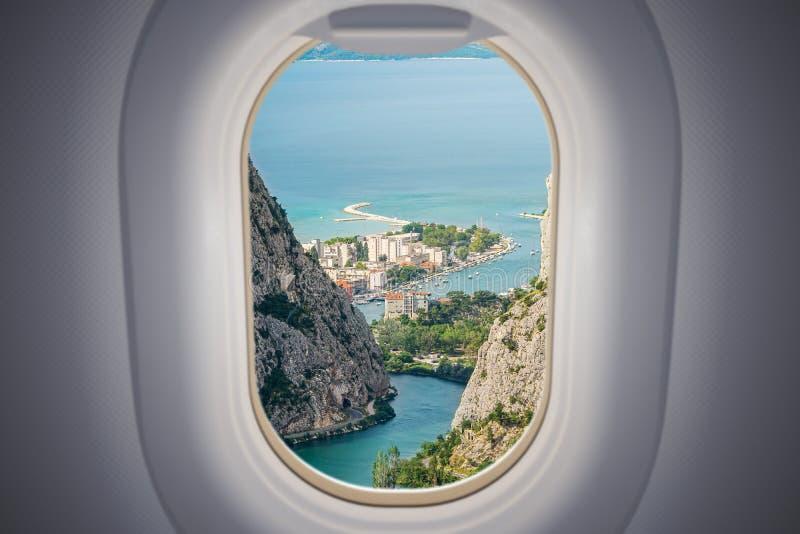 Vue depuis la fenêtre de l'avion sur la ville d'Omis en Croatie Concept de voyage et de vacances image libre de droits