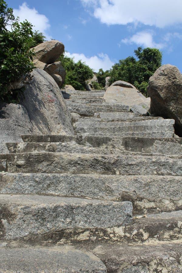 Vue des étapes amenant une colline avec le fond de ciel image stock
