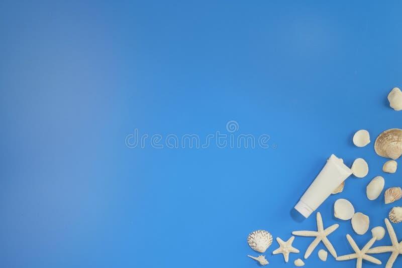 Vue des accessoires d'été sur le bleu photographie stock libre de droits