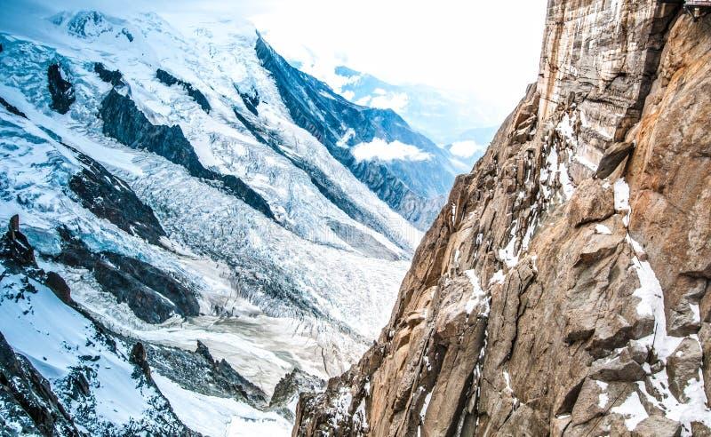 Vue des Alpes de la montagne d'Aiguille du Midi. photographie stock