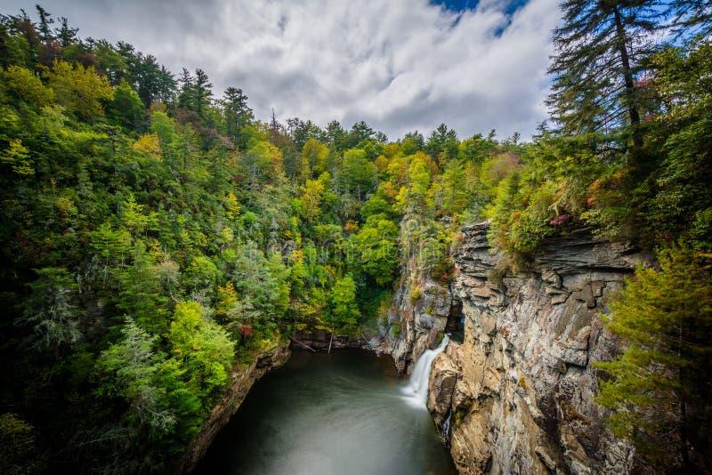 Vue des automnes de Linville, le long de Ridge Parkway bleu dans le nord Ca photos stock