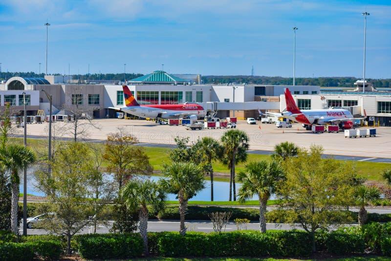 Vue des avions des lignes aériennes poids du commerce d'Avianca à la porte en Orlando International Airport MCO 1 image libre de droits