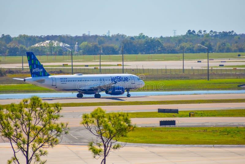 Vue des avions des lignes a?riennes poids du commerce d'Avianca ? la porte en Orlando International Airport MCO 1 photo stock