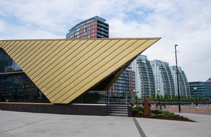 Vue des bâtiments architecturaux modernes aux quais de Salford sur les banques du canal maritime de Manchester dans Salford et Tr photographie stock