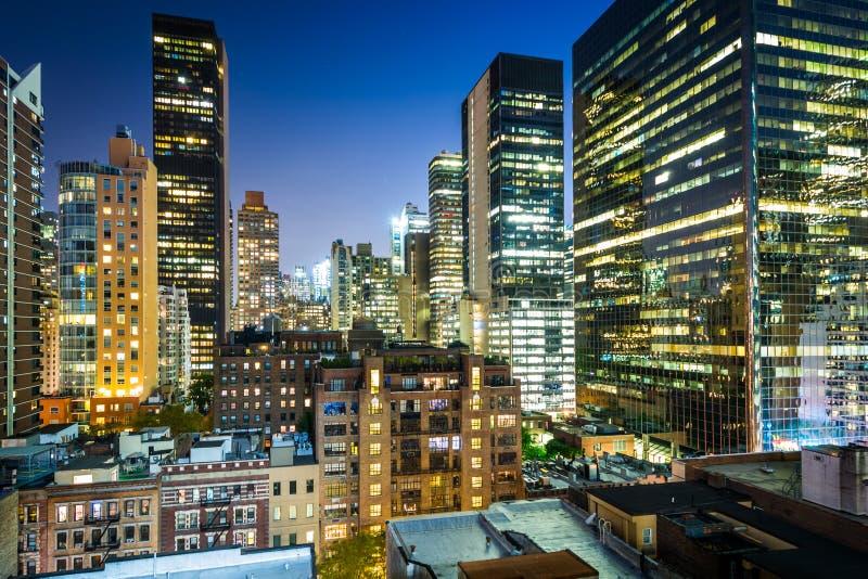 Vue des bâtiments dans le Midtown est la nuit, à Manhattan, nouveau Yo photo stock
