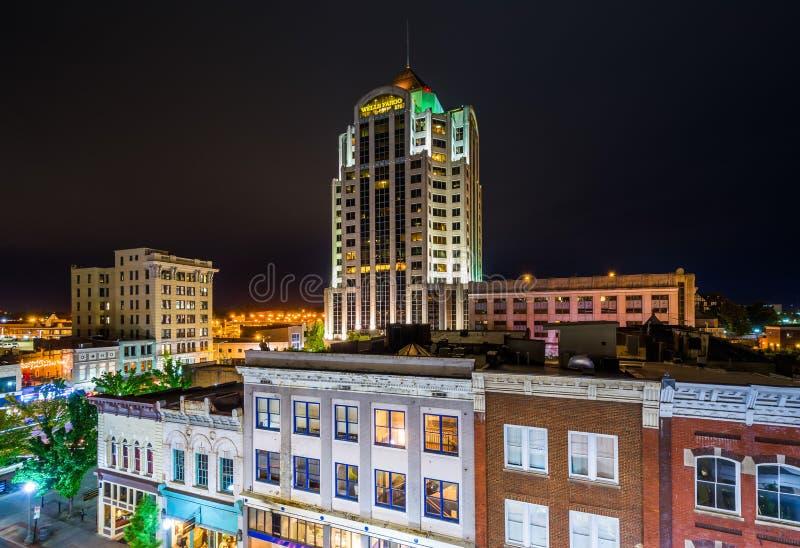 Vue des b?timents dans le centre ville la nuit, ? Roanoke, la Virginie photographie stock