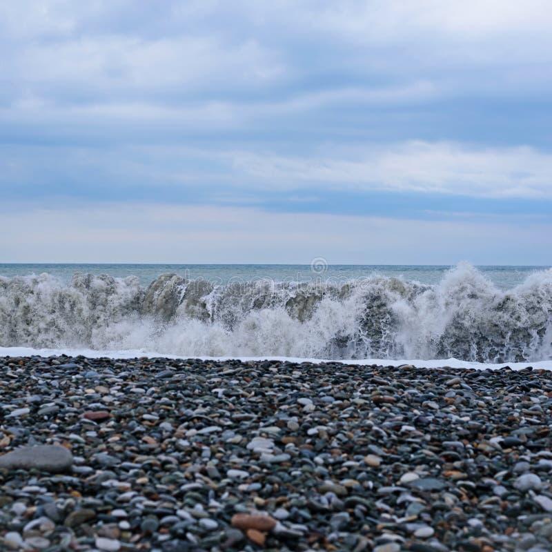 Vue des balcons de cabine aux mers agit?es et des vagues outre du c?t? du bateau de croisi?re photographie stock