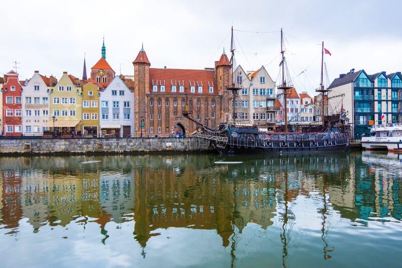 Vue des bateaux principaux de la ville et de la couchette de Danzig sur la rivière de Motlawa Danzig, Pologne photographie stock libre de droits