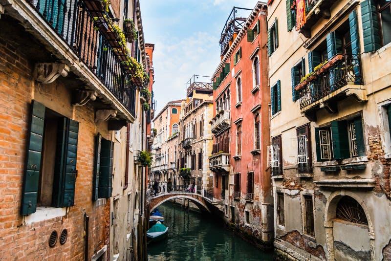 Vue des beaux petits canaux à Venise images stock