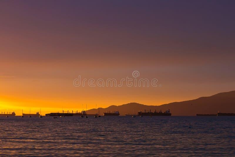 Vue des cargos de coucher du soleil de plage de Vancouver de Canada AVANT JÉSUS CHRIST photo libre de droits
