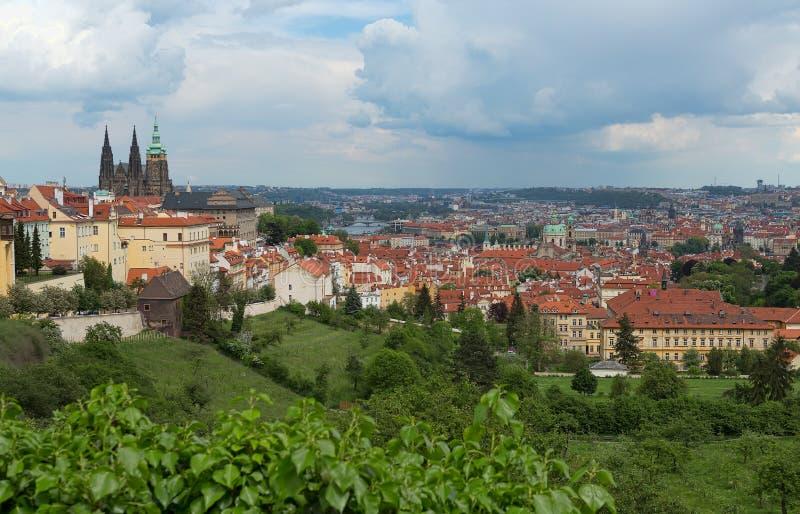 Vue des châteaux de Prague images stock