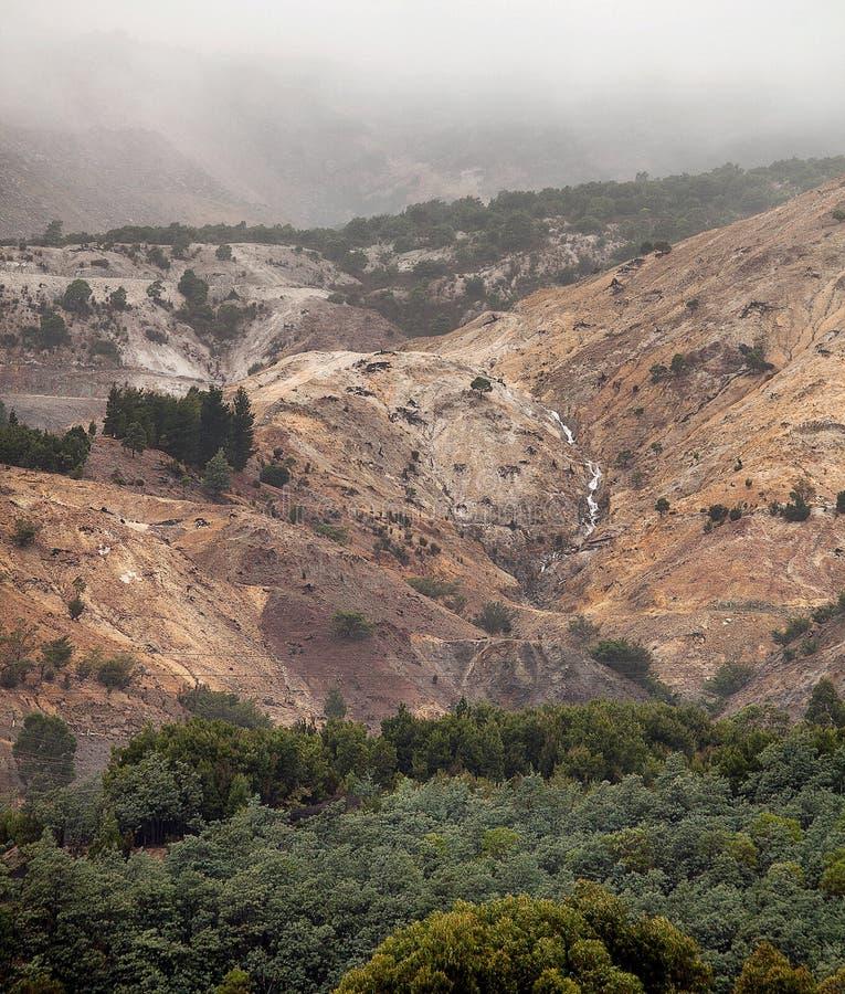 Vue des collines autour de la banlieue noire de Queenstown photos stock