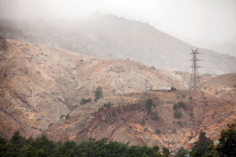 Vue des collines autour de la banlieue noire de Queenstown images stock