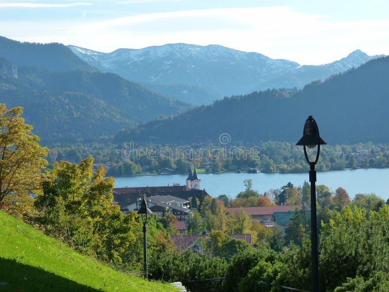 Vue des collines vertes au-dessus du lac dans les montagnes avec la lanterne dans le premier plan photo stock