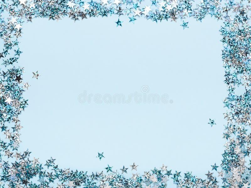 Vue des confettis en forme d'étoile éclatants sur un fond bleu Fond de Noël, salutation, affiche, annonce dessus illustration de vecteur