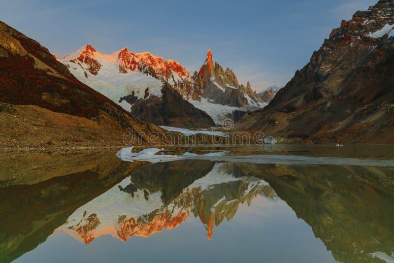 Vue des crêtes de la montagne de Cerro Torro et le lac en parc national de visibilité directe Glaciares pendant le lever de solei images stock