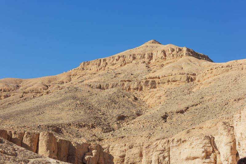 Vue des crêtes rocailleuses autour de la vallée des rois photos libres de droits