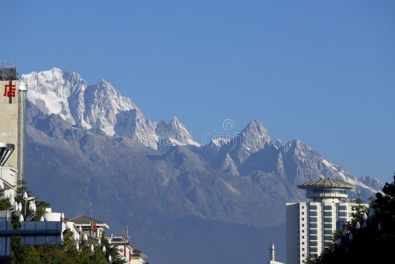 Vue des cr?tes couronn?es de neige de Jade Dragon Snow Mountain photos stock