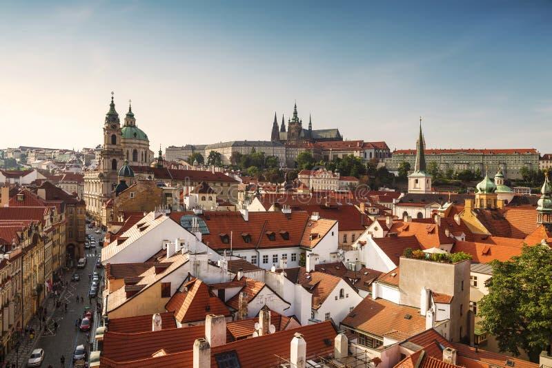 Vue des dessus de toit de Prague, du St Vitus Cathedral et du St Nicholas Cathedral photographie stock libre de droits