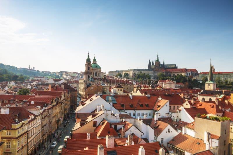 Vue des dessus de toit de Prague, du St Vitus Cathedral et du St Nicholas Cathedral image stock