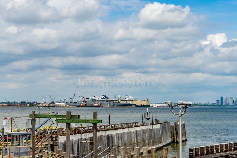 Vue des docks du New Jersey de St George Ferry Terminal Staten Island image stock
