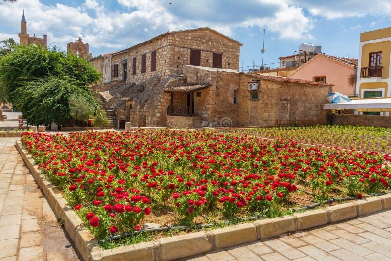 Vue des fleurs dans une place dans la vieille ville médiévale murée de F image libre de droits