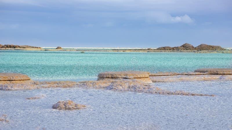 Vue des formations de sel dans les eaux de bleu et de turquoise de mer morte photos libres de droits
