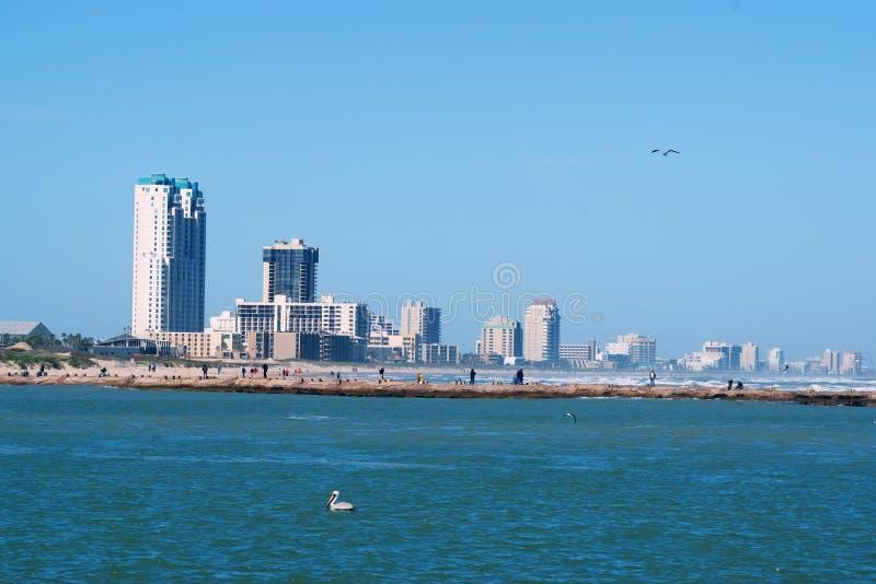 Vue des gratte-ciel, des hôtels, des aires de loisirs d'île du sud d'aumônier et du pilier avec des pêcheurs L'île du sud d'aumôn images libres de droits