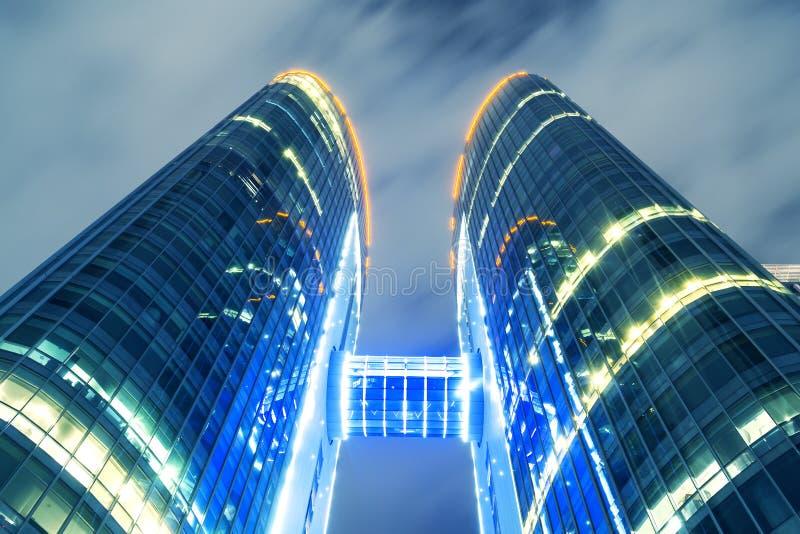 Vue des gratte-ciel modernes de technologie la nuit photographie stock libre de droits
