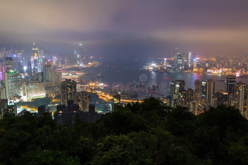Vue des gratte-ciel sur Hong Kong Island et Kowloon la nuit photographie stock libre de droits