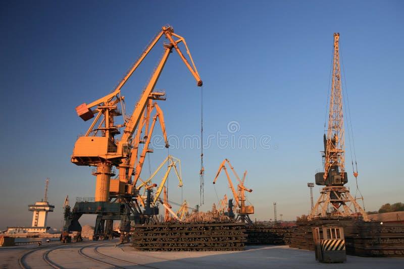 Vue des grues dans le port maritime de Mariupol photos libres de droits