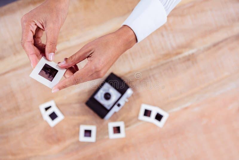 Vue des mains tenant des glissières de photo photographie stock libre de droits