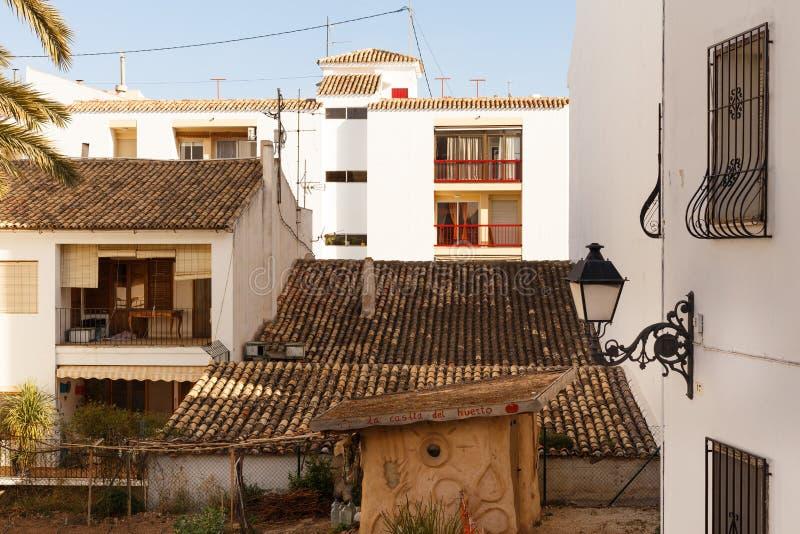 Vue des maisons blanches avec un toit carrelé et des balcons, et lanterne forgée dans la vieille ville d'Altea, Espagne sur un  photo libre de droits