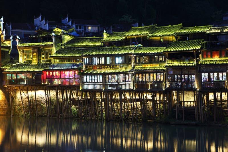 Vue des maisons lumineuses de rive dans Fenghuang image libre de droits