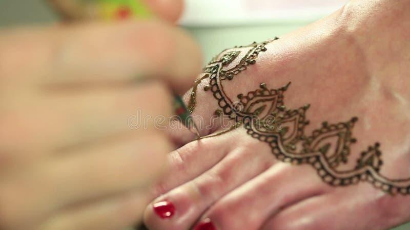 Dessin Pour Henné vue des modèles de henné de dessin à pied clips vidéos - vidéo du