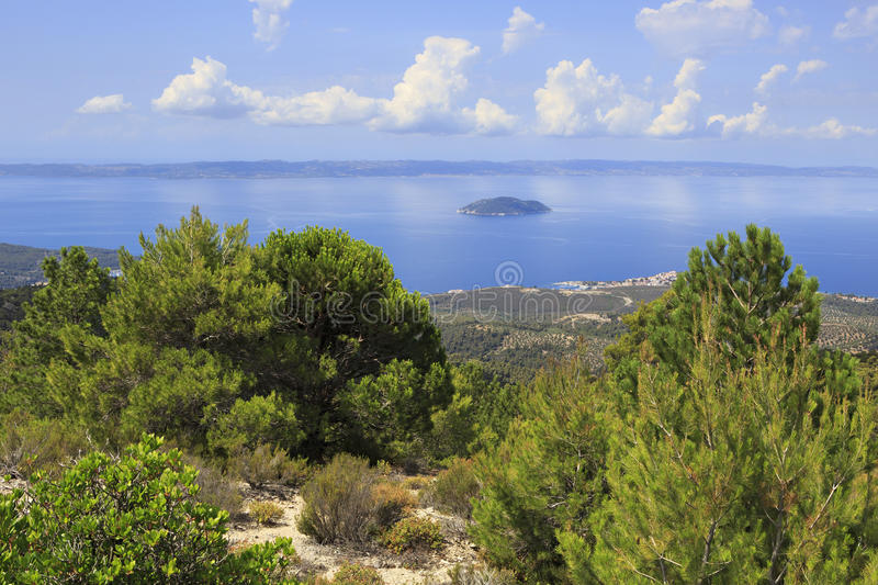 Vue des montagnes à la côte de la mer Égée images libres de droits