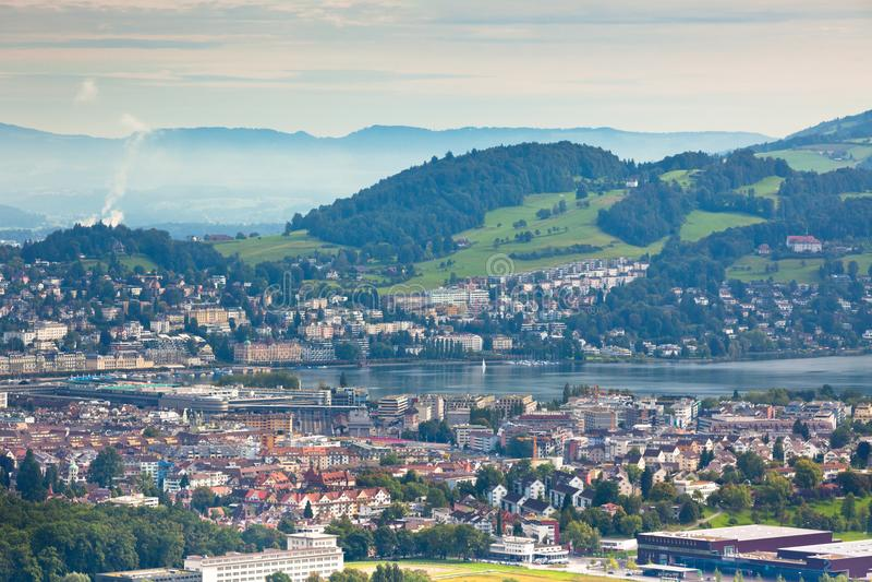 Vue des montagnes à la ville de la luzerne photo stock