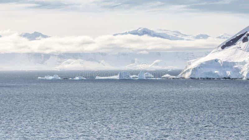 Vue des montagnes de glace sur la baie en Antarctique photo libre de droits