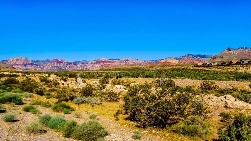 Vue des montagnes de grès rouge dans la région nationale de conservation de canyon rouge de roche images stock