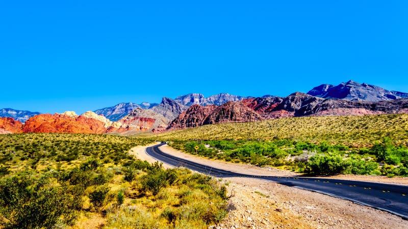 Vue des montagnes de grès rouge du calicot de enroulement Canyon Road près de la région nationale de conservation de canyon rouge photographie stock libre de droits