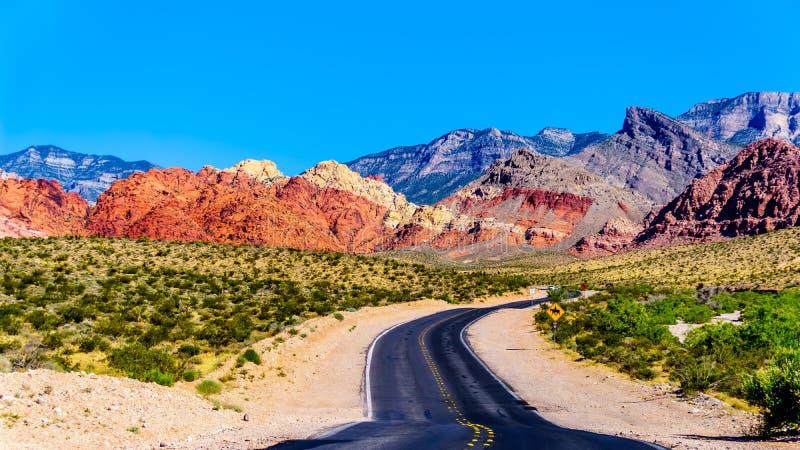 Vue des montagnes de grès rouge du calicot de enroulement Canyon Road près de la région nationale de conservation de canyon rouge photo stock