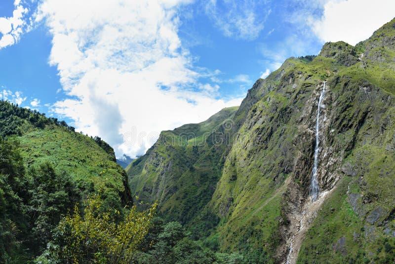 Vue des montagnes de l'Himalaya et de la belle cascade tombant des roches, Népal photographie stock