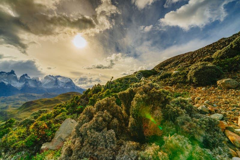 Vue des montagnes de Torres en parc national de Torres del Peine pendant le lever de soleil Automne dans le Patagonia, le côté ch images stock