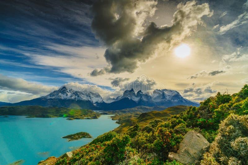 Vue des montagnes de Torres en parc national de Torres del Peine pendant le lever de soleil Automne dans le Patagonia, le côté ch photo stock