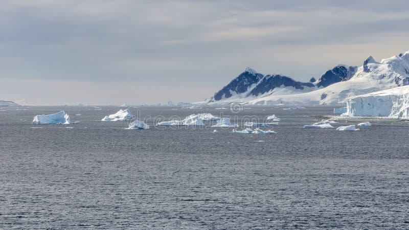 Vue des montagnes et des icebergs de glace sur la baie en Antarctique images stock