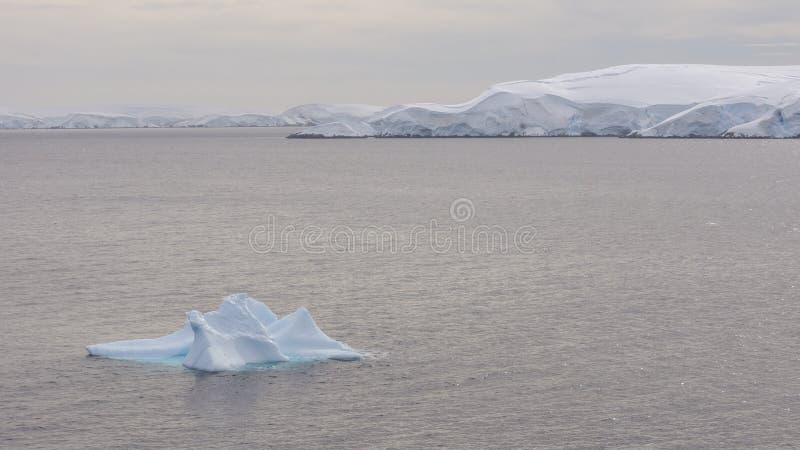 Vue des montagnes et des icebergs de glace sur la baie en Antarctique image stock