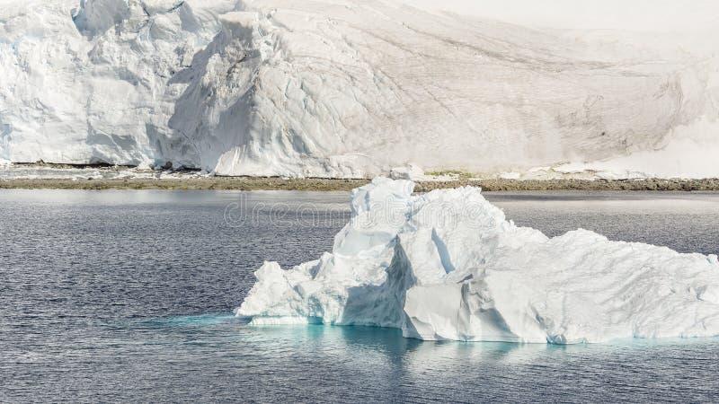 Vue des montagnes et des icebergs de glace sur la baie en Antarctique images libres de droits