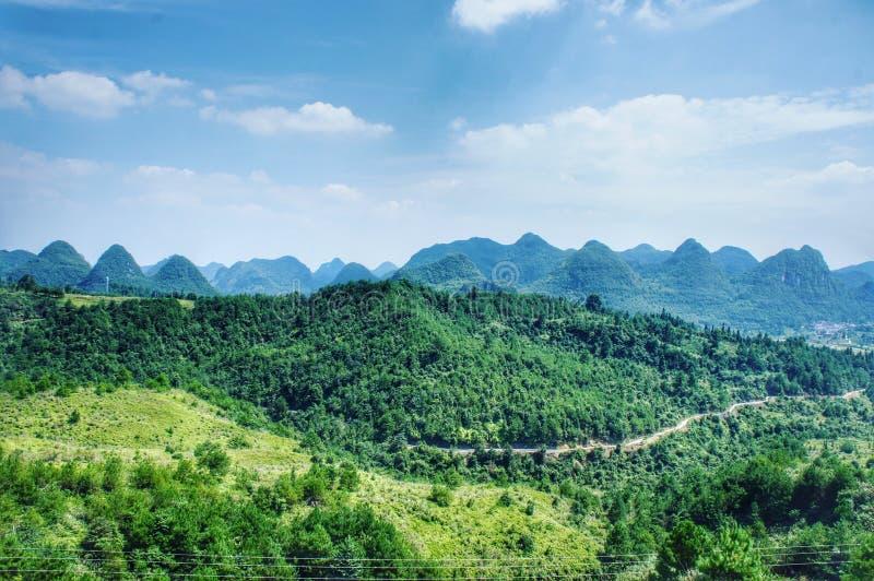 Vue des montagnes infinies dans la cour de pays de la Chine photographie stock libre de droits