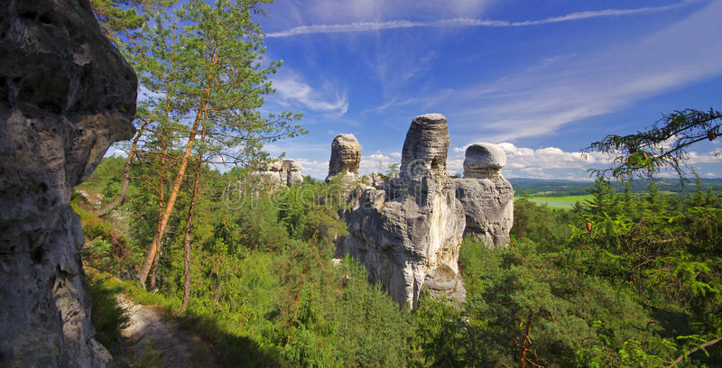 Vue des montagnes rocheuses et du bois de grès dans le raj cesky, Bohême photos stock